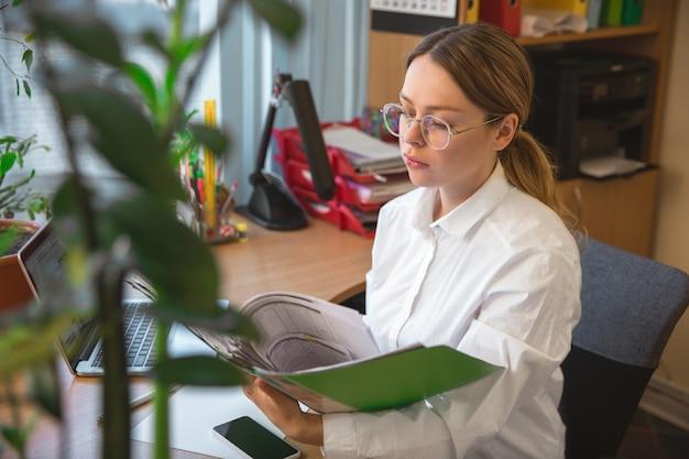 Kaukasische ondernemer, zakenvrouw, manager werken geconcentreerd in kantoor