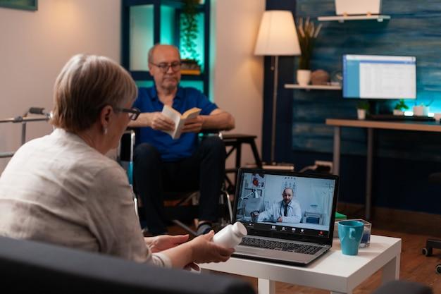 Kaukasische oude vrouw die online videoconferentiegesprek gebruikt