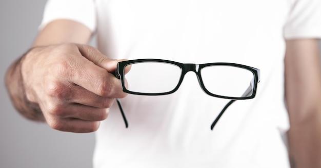 Kaukasische professionele arts die oogglazen toont.