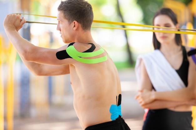 Kaukasische professionele atleten en knappe man opleiding