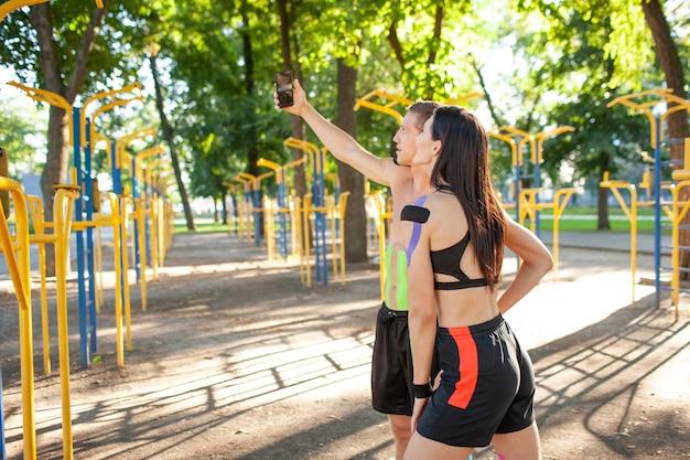 Kaukasische professionele atleten met kinesiologie elastische taping op lichamen