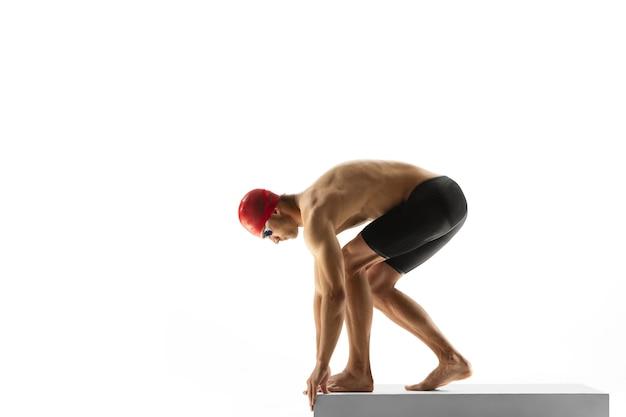 Kaukasische professionele sportman zwemmer opleiding geïsoleerd op witte studio achtergrond