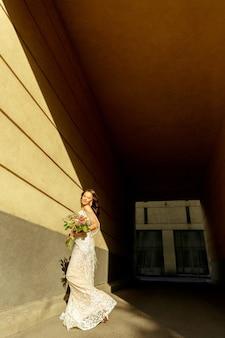Kaukasische romantische jonge bruidegom die huwelijk in stad viert.