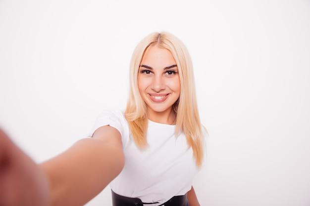 Kaukasische schoonheid blonde vrouw selfie te nemen