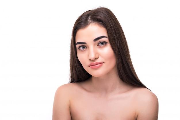 Kaukasische schoonheidsvrouw die op het witte mooie vrouwelijke portret van de huidzorg wordt geïsoleerd