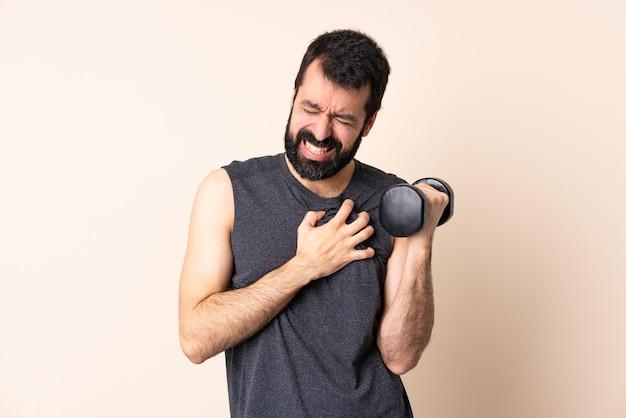 Kaukasische sportmens met baard die gewichtheffen geïsoleerd maken