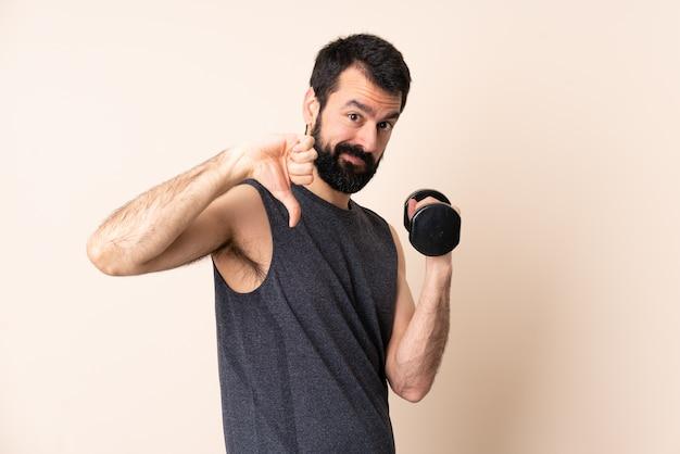 Kaukasische sportmens met baard die gewichtheffen maakt