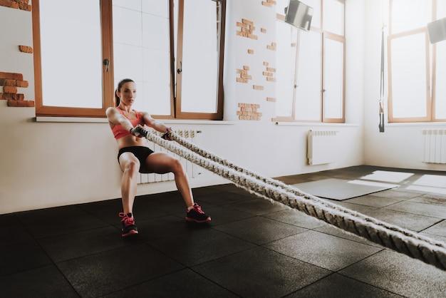 Kaukasische sportvrouw is alleen sporten in de sportschool