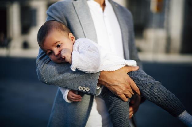 Kaukasische vader die haar babymeisje vasthoudt