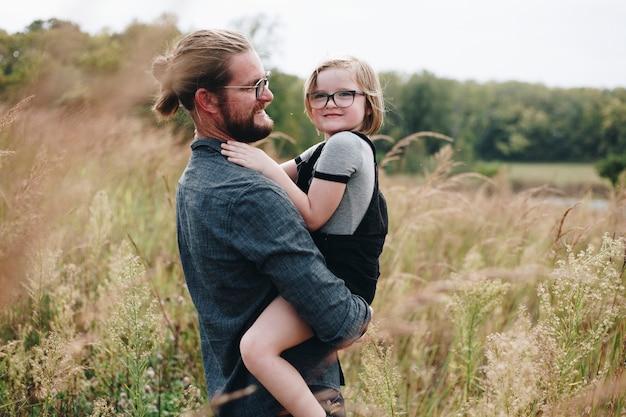 Kaukasische vader met plezier met dochter