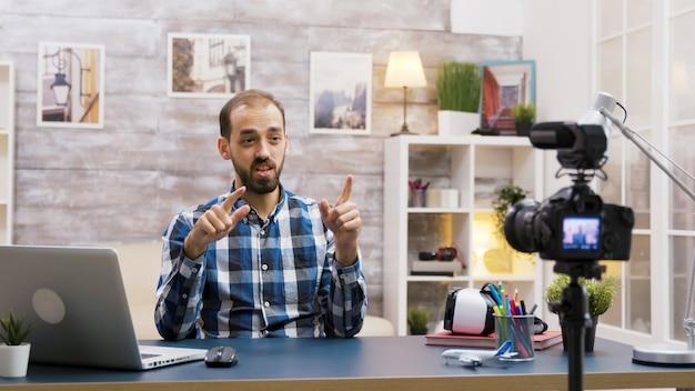 Kaukasische vlogger die een podcast opneemt voor sociale media. creatieve jonge influencer.