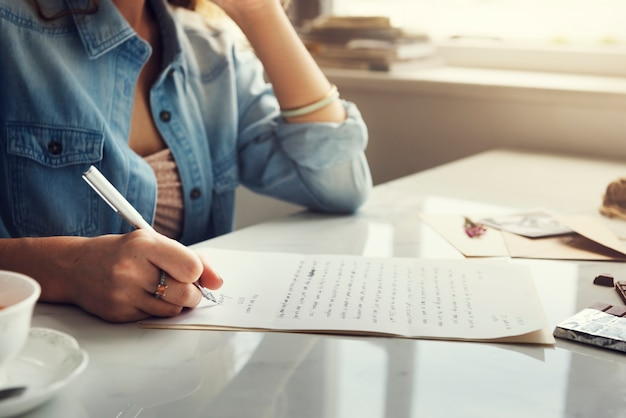 Kaukasische vrouw die een brief schrijft