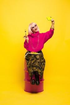 Kaukasische vrouw portret op geel