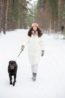 Kaukasische vrouw wandelende hond