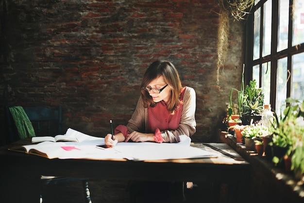 Kaukasische vrouw werkt