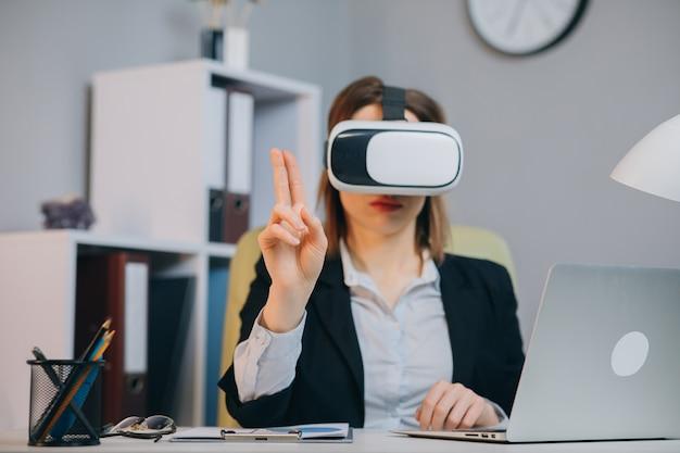 Kaukasische vrouwelijke professionele vrouw die augmented reality ar hololens hoofdtelefoon gebruiken om aan een project te werken