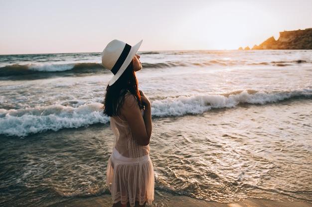 Kaukasische vrouwengangen langs mooie kust
