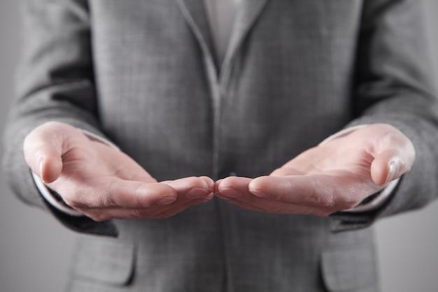 Kaukasische zakenman die lege handen toont.