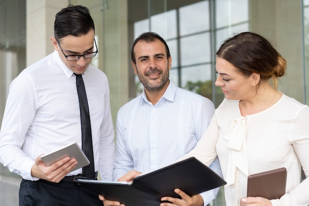 Kaukasische zakenman op middelbare leeftijd ontmoeting met collega's