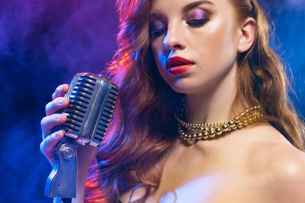 Kaukasische zangeres portret geïsoleerd op neon
