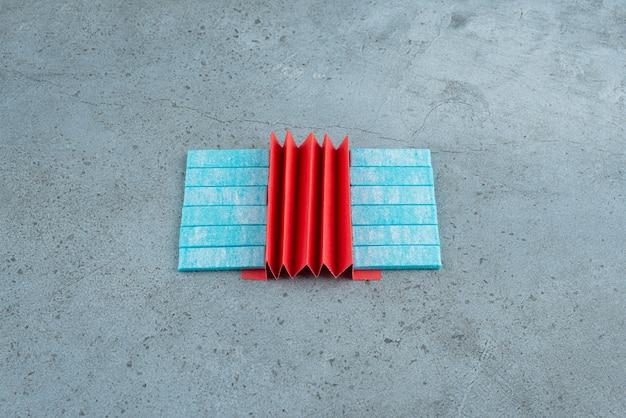 Kauwgom met muntsmaak met rode container op steen.