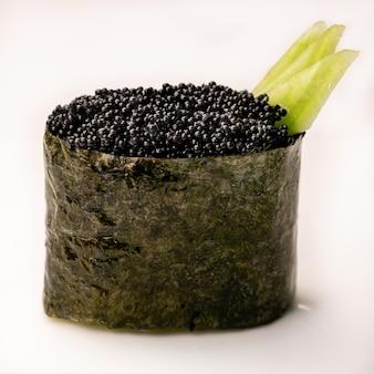Kaviaar gunkan zeewier sushi maki op witte achtergrond. delicate gastronomische hapjes. detailopname
