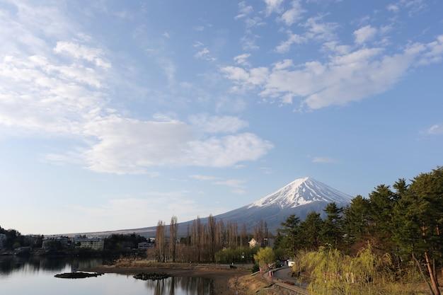 Kawaguchiko-park dichtbij het meer en meningen van onderstel fuji.