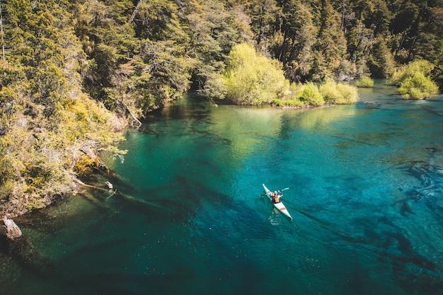 Kayaker op een prachtig meer.