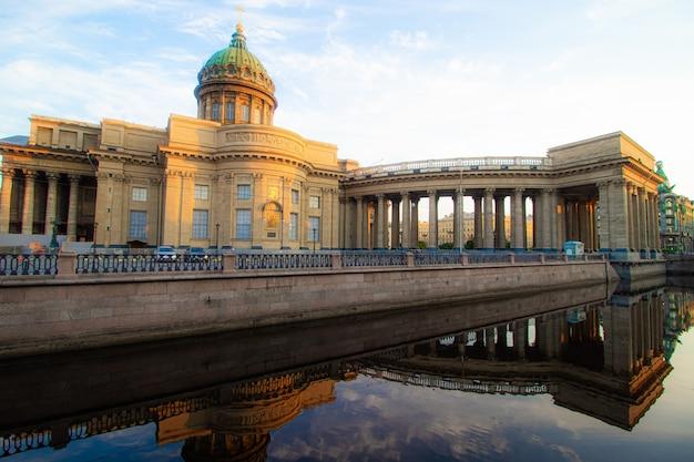 Kazan kathedraal in sint-petersburg. bezienswaardigheden van sint-petersburg. ochtendstad zonder mensen. artikel over toerisme