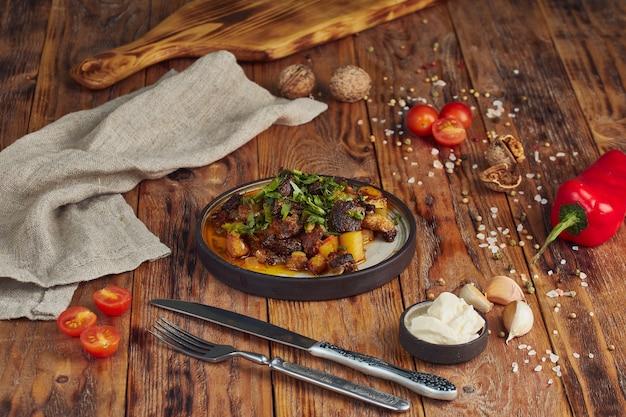 Kazan kebab - gebakken vlees en aardappelen. centraal-aziatische keuken.