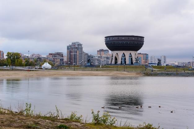 Kazan, rusland - 01 oktober 2019: familiecentrum en trouwpaleis kazan in de avond. het belangrijkste huwelijkspaleis in kazan en de republiek tatarstan. na zonsopgang.