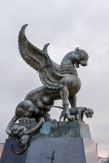 Kazan, rusland - 01 oktober 2019: het beeldhouwwerk van een gevleugelde sneeuwluipaard (ak bars, aq bars) met welpen, het symbool van tatarstan in de buurt van het kazan-huwelijkspaleis in de ochtend.