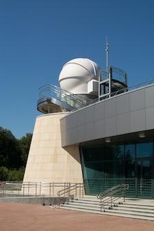 Kazan, russische federatie - 14 augustus 2017: het planetarium van de kazan federale universiteit vernoemd naar aa leonov