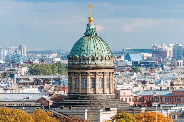 Kazankathedraal onder stadsdaken panorama van de stad sint-petersburg