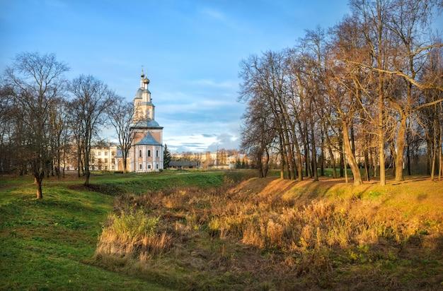 Kazankerk met een klokkentoren in het kremlin van uglich