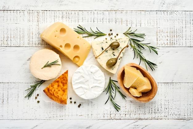 Kazen zetten. suluguni met kruiden, camembert, blauwe kaas, parmezaan, maasdam, brie kaas