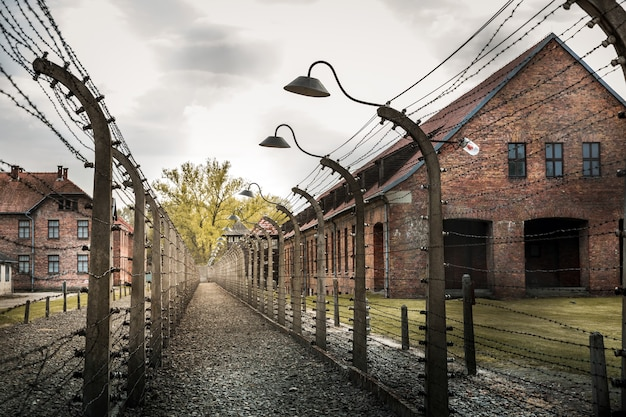 Kazerne en omheining, duitse gevangenis auschwitz ii