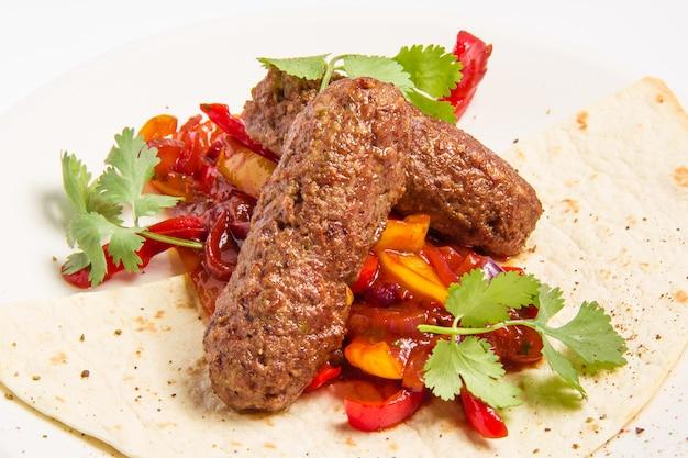 Kebab en groenten in saus