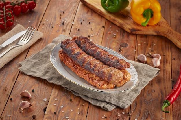 Kebab grill bbq, houten achtergrond
