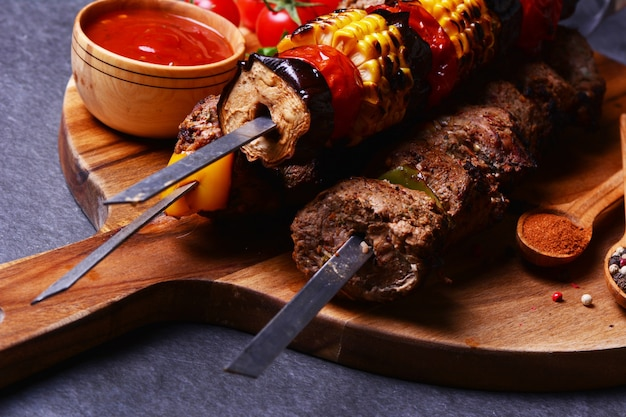 Kebab met kruiden en groenten