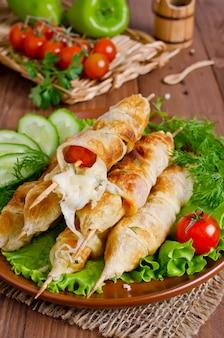 Kebab met tomaten en kaas in gebak