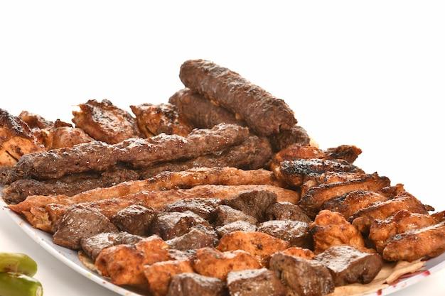 Kebab traditioneel turks grieks vlees en kippenvoedsel dat op witte achtergrond wordt geïsoleerd