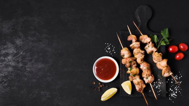 Kebab van gekookt vlees en groenten met ketchupsaus