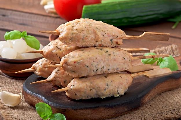 Kebab van kipgehakt met dille en peterselie