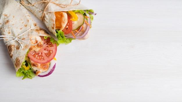 Kebabomslag met vlees en groenten met exemplaar-ruimte