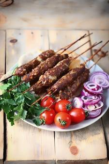 Kebabplaat met groentekruiden en pitabroodje