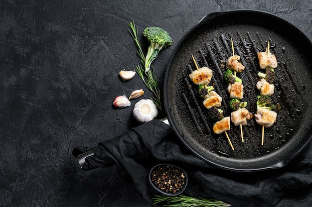 Kebabs - gegrilde vleesspiesjes, shish kebab met groenten.