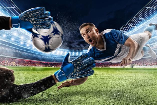 Keeper vangt de bal in het stadion tijdens een voetbalwedstrijd