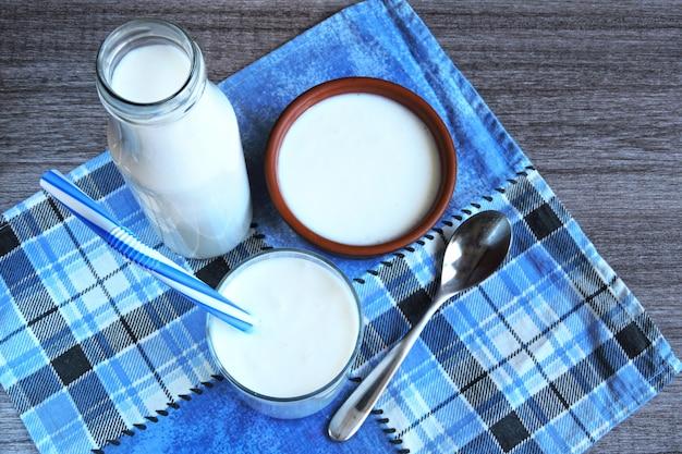 Kefir. gefermenteerde zuivelproducten. probiotica. wit gefermenteerde producten.