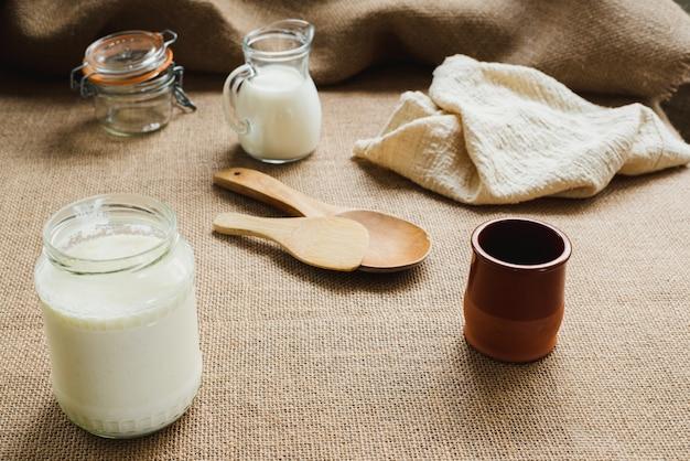 Kefir zelfgemaakt om te besparen en kopen en besmetten met kunststoffen te voorkomen.